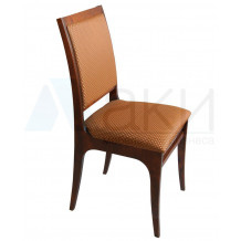Деревянные стулья и столы